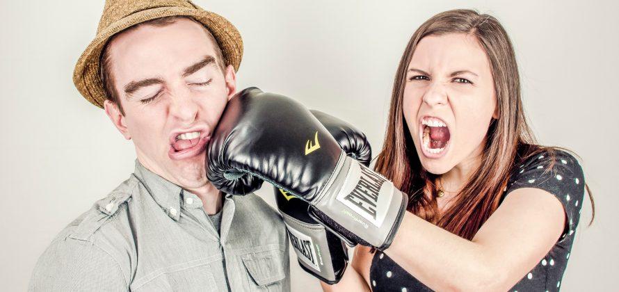 Arg kvinna slår en man